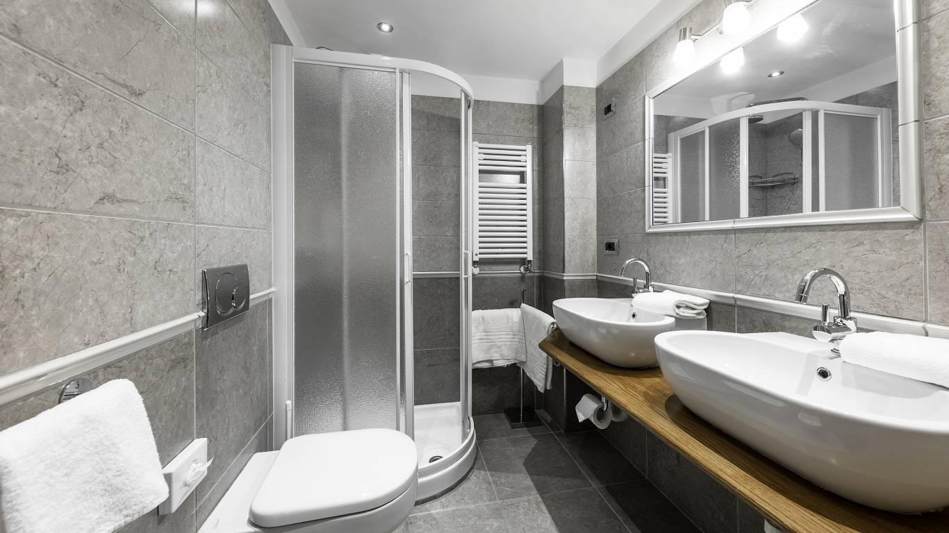 Hotel-Elena-Saint-Vincent-double-superior-bathroom-I4A3529