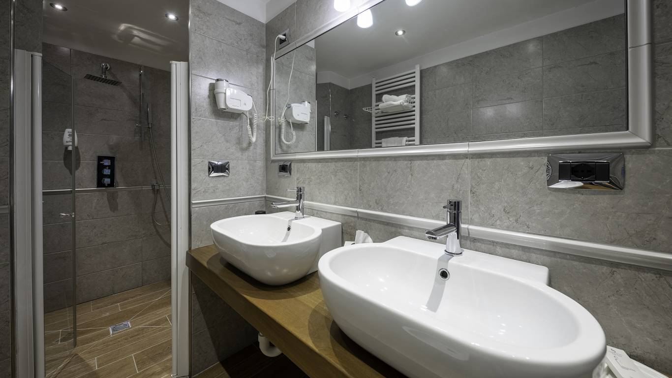 Hotel-Elena-Saint-Vincent-family-standard-bathroom-I4A3484