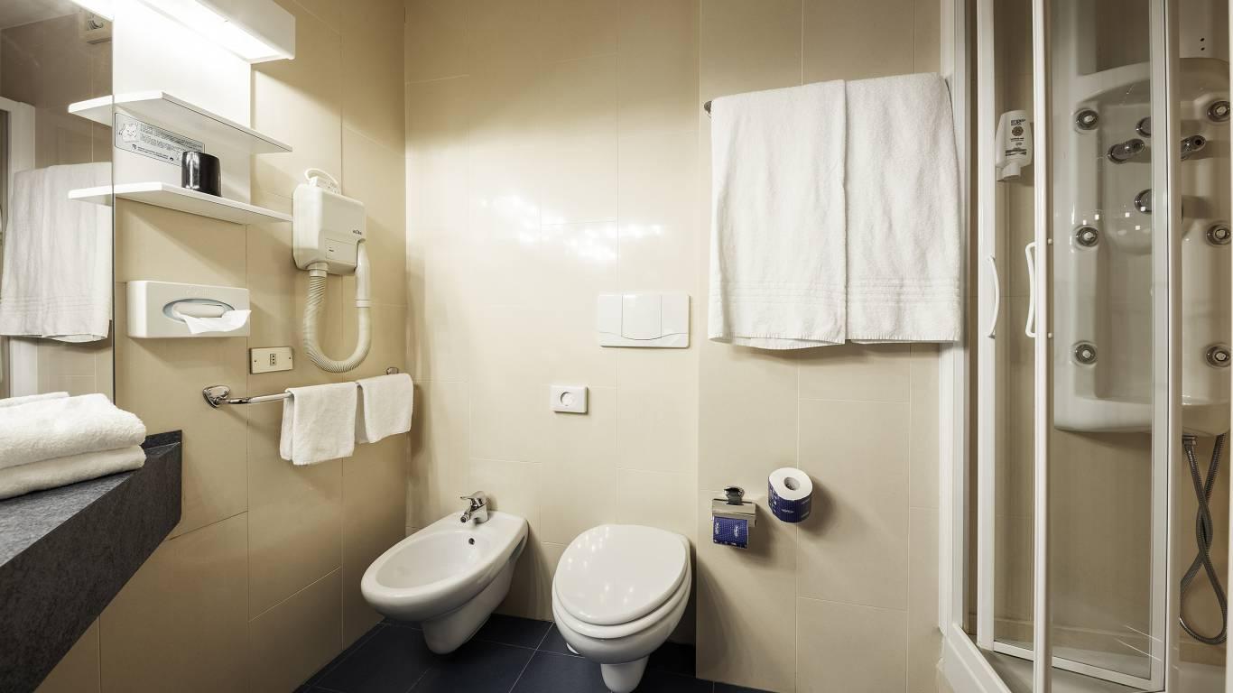 Hotel-Elena-Saint-Vincent-double-budget-bathroom-I4A3625