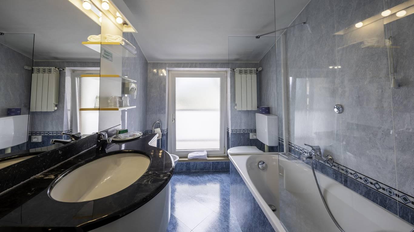 Hotel-Elena-Saint-Vincent-2020-double-superior-bathroom-I4A3598