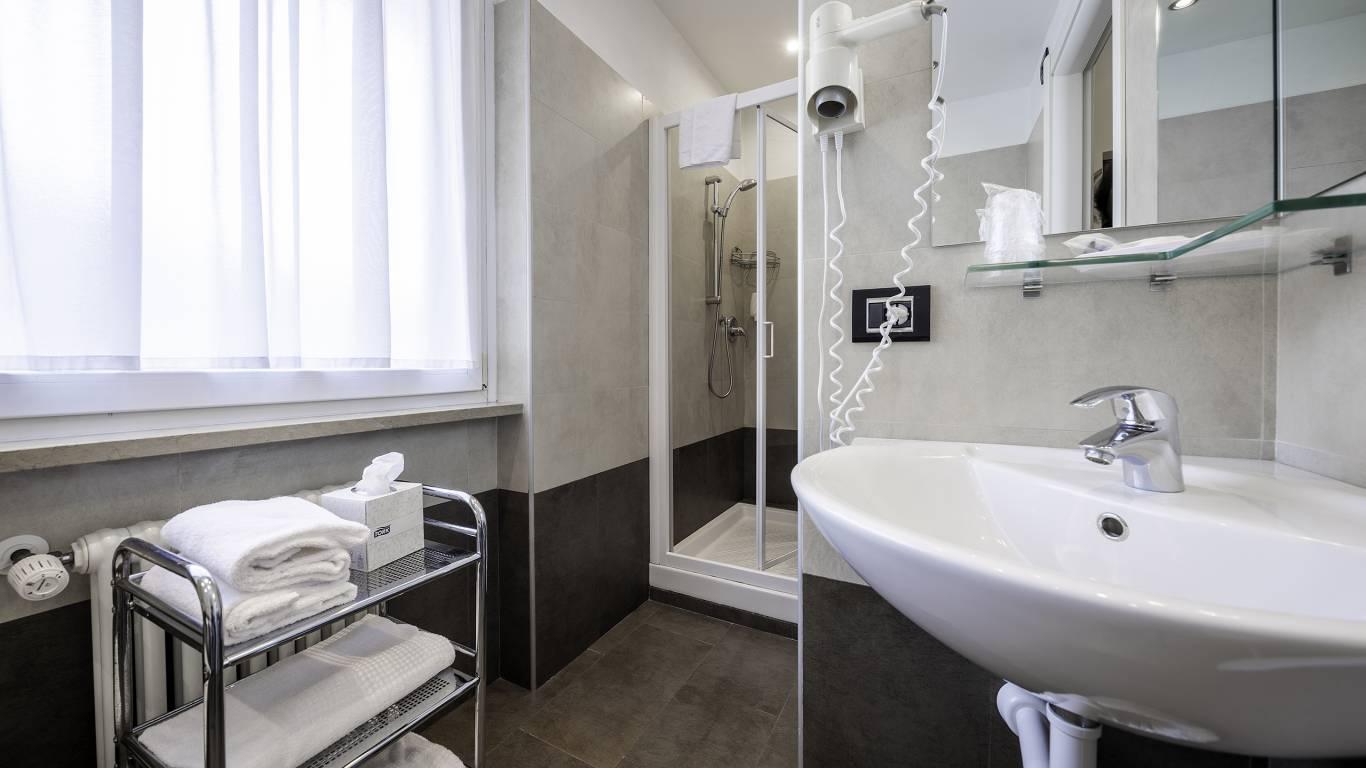 Hotel-Elena-Saint-Vincent-double-standard-bathroom-I4A3565