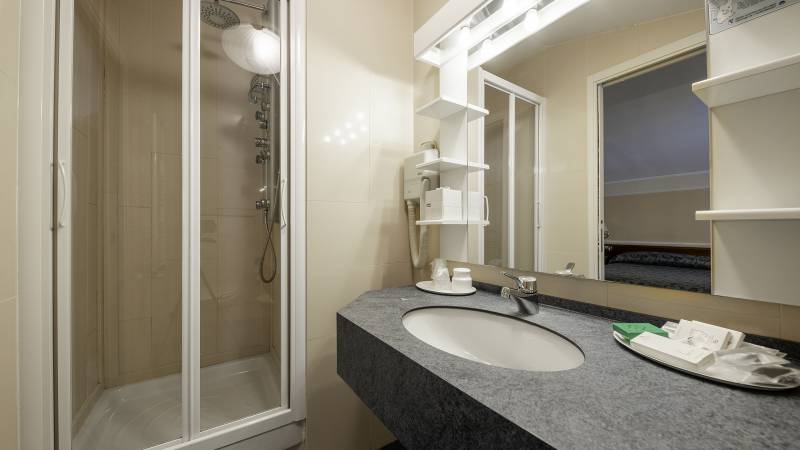 Hotel-Elena-Saint-Vincent-family-standard-bathroom-I4A3649